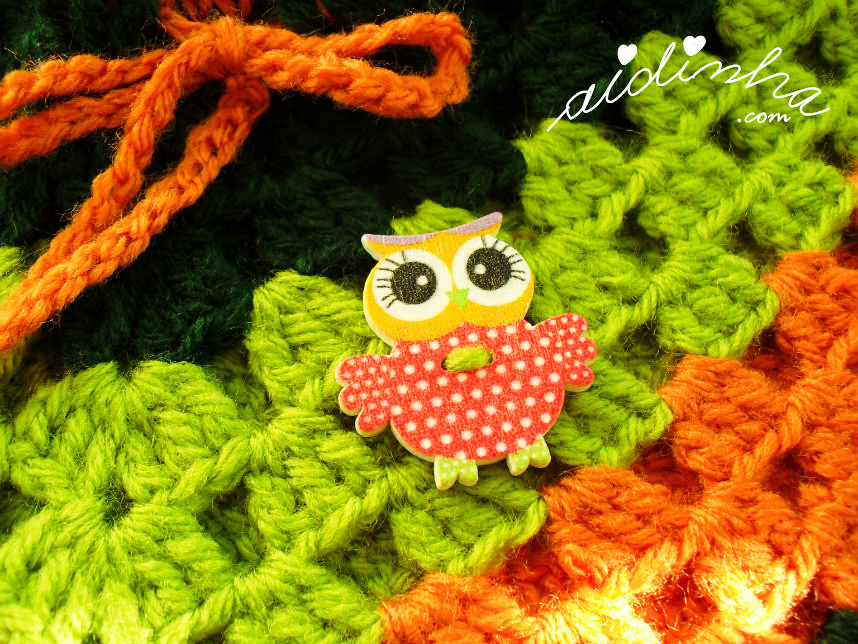 Pequeno mocho de enfeite, no poncho infantil de crochet