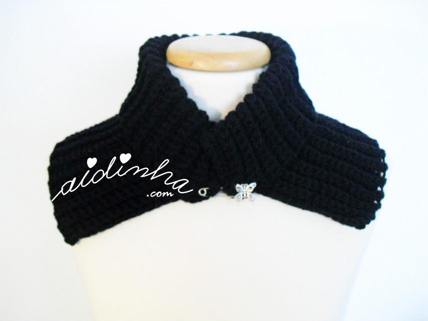 Vista de frente da gola de crochet preta