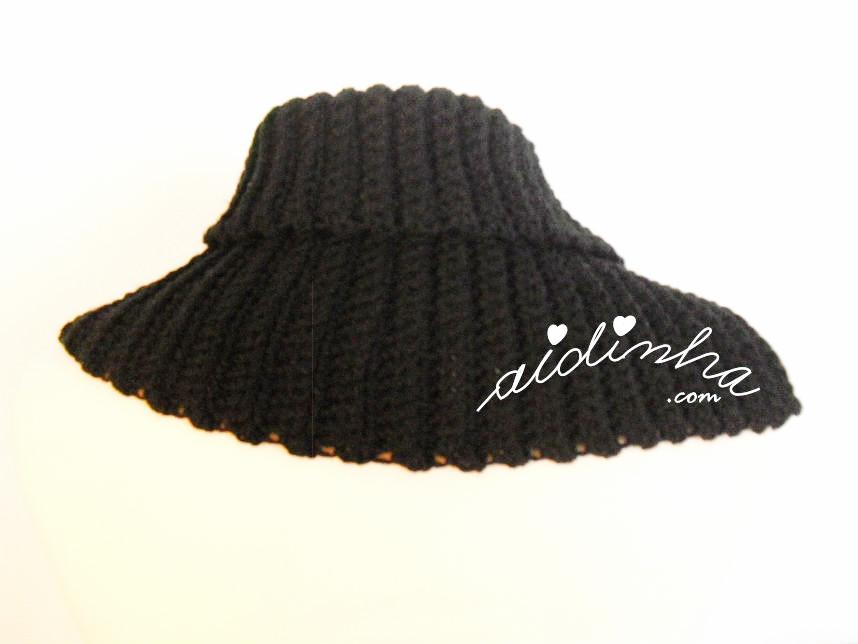 Vista detrás da gola de crochet preta