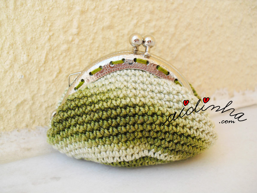 Parte detrás da bolsa, de crochet, verde mesclada