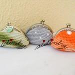 Conjunto de três bolsas, em crochet, nas cores verde, cinza e laranja