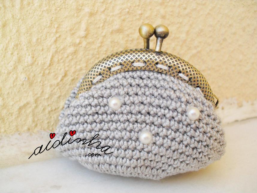 Bolsa cinza, de crochet, com aplicação de meias pérolas