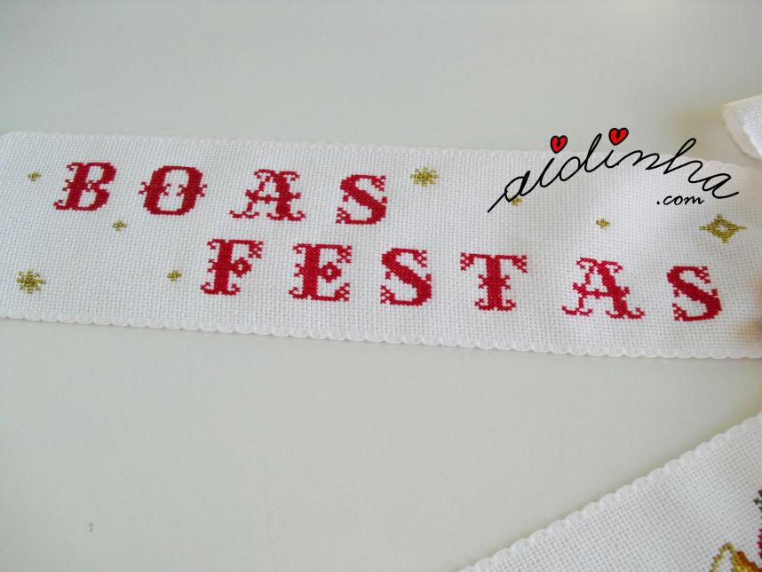 Imagem do outro lado do laço com letras bordadas em ponto cruz