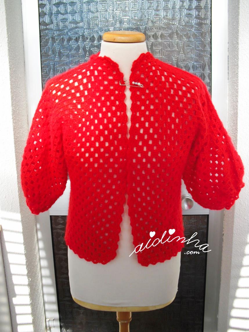 Vista geral do casaco de crochet vermelho