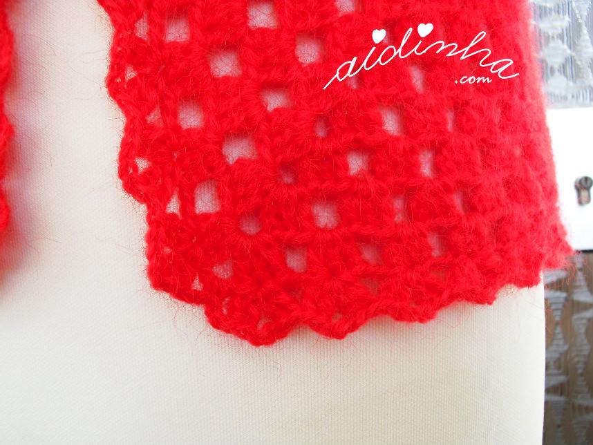 Pormenor do picô de remate do casaco de crochet vermelho