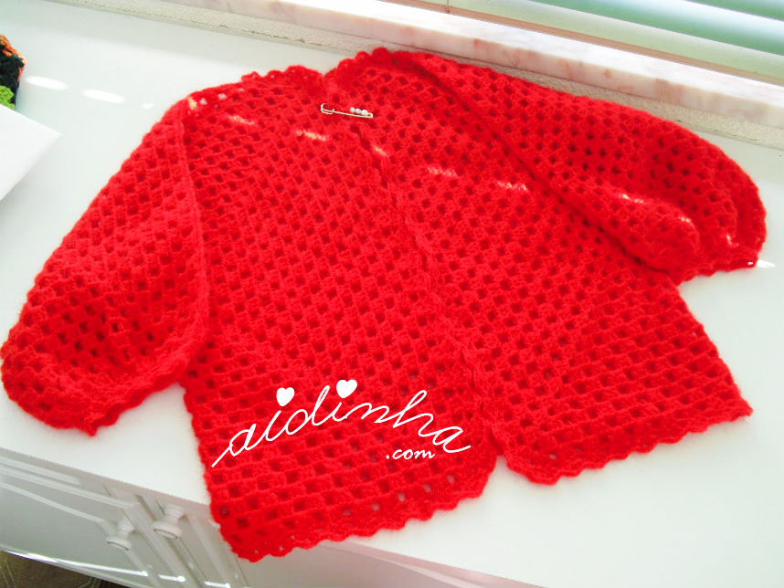 Casaco de crochet, na cor vermelho