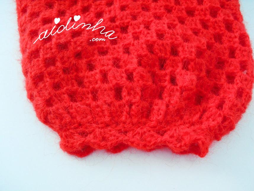 Foto do punho da manga do casaco de crochet vermelho