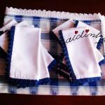 Conjunto de toalha de mesa e doze guardanapos, em azul e branco, com picôs de crochet