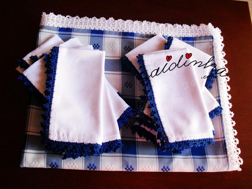 Conjunto de toalha e guardanapos, em azul e branco, com picôs de crochet