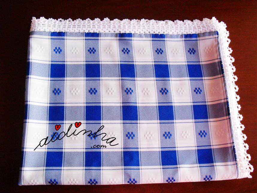 Foto da toalha azul e branca com picô de crochet