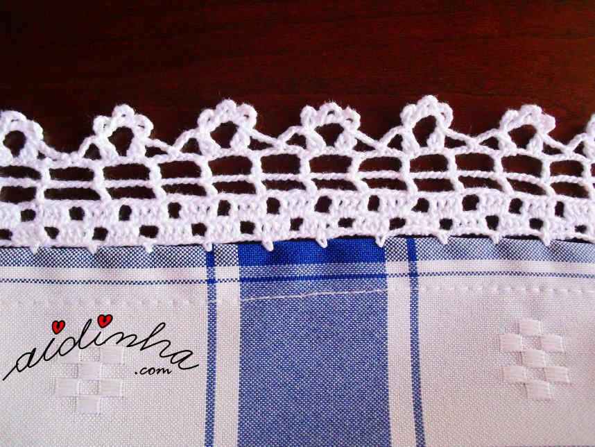 Foto do picô de crochet, da toalha azul e branca