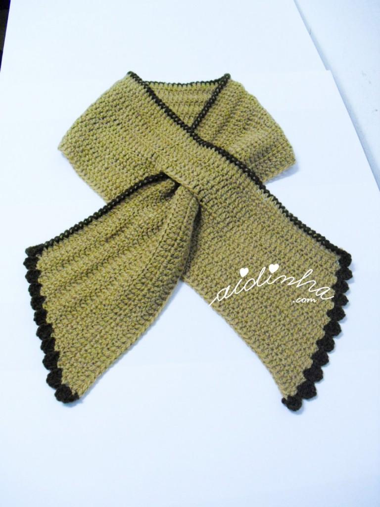 """Gola """"Graciosa"""" de crochet, creme e castanha"""