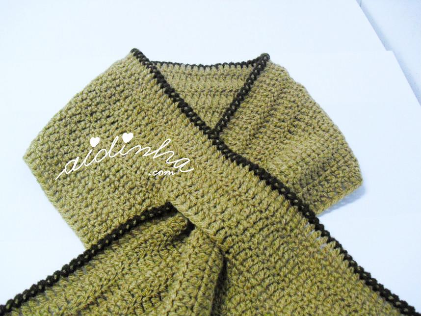 Foto do traçado da gola de crochet, creme e castanha