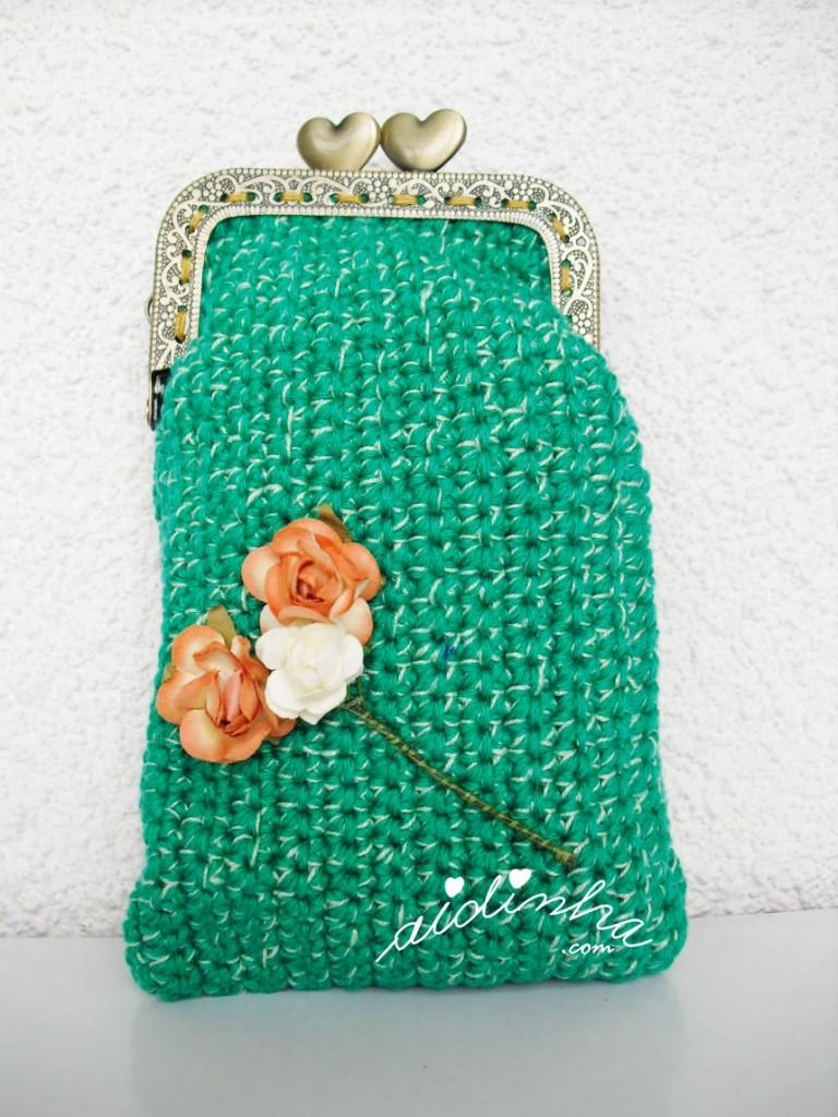 Bolsa em crochet, verde mesclado, com ramo de rosinhas
