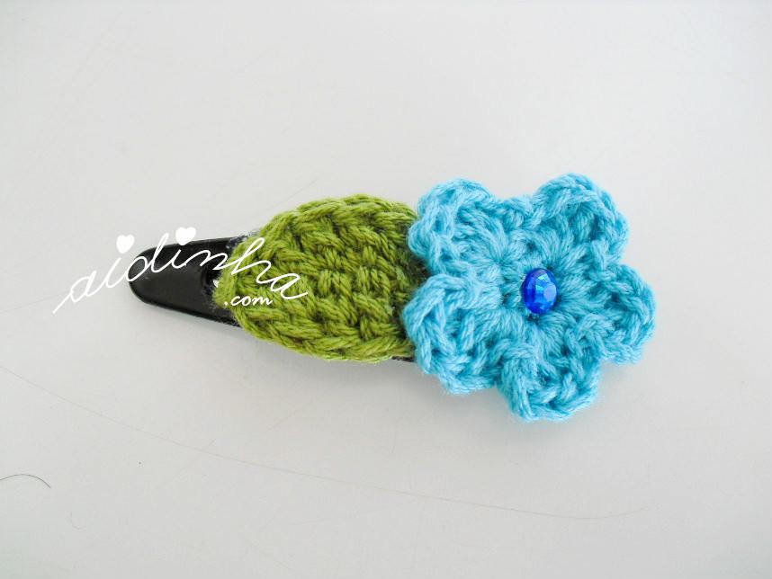 Gancho para cabelo com flor turquesa e folha de crochet