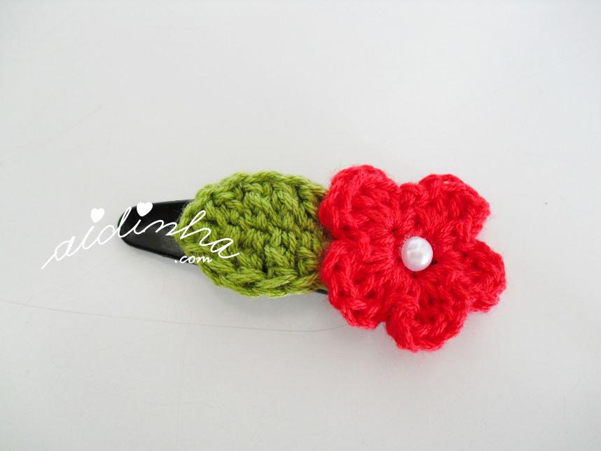 Gancho para cabelo com flor vermelha e folha de crochet