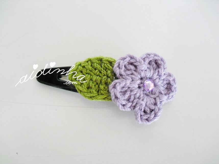 Gancho para cabelo com flor lilás e folha de crochet
