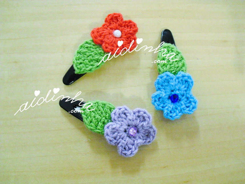 Outra foto do conjunto, em crochet, de ganchos ou tic-tacs, com flor e folha