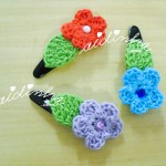 Conjunto de ganchos ou tic-tacs, com flores e folhas de crochet
