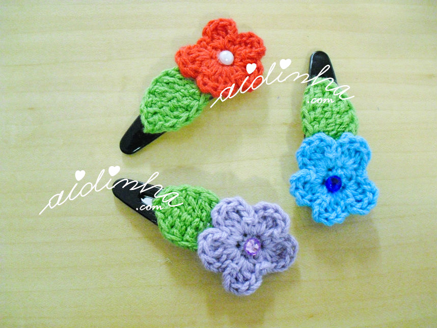 Conjunto, em crochet, de ganchos ou tic-tacs, com flor e folha