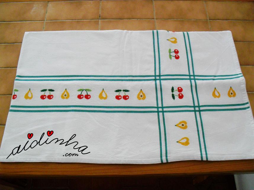 Toalha de mesa, bordada em ponto cruz, com motivos de frutas