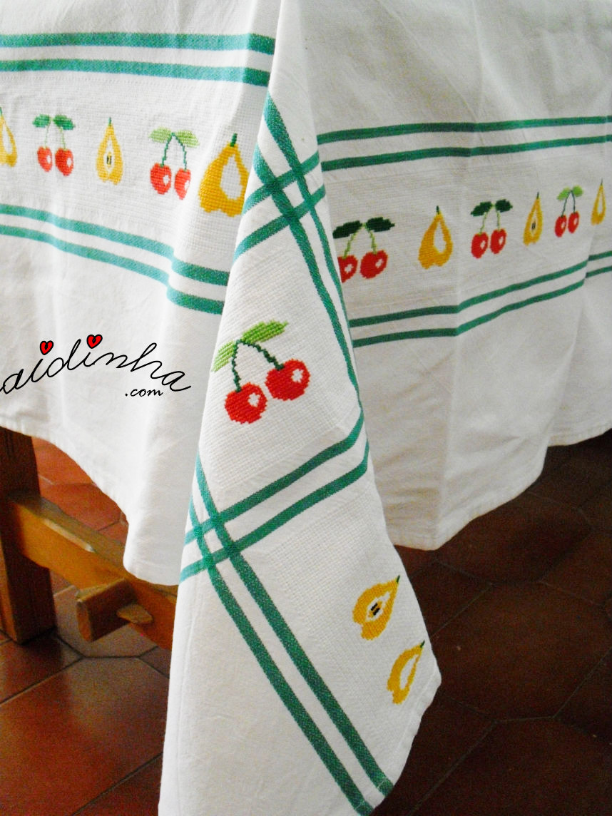 Foto do canto pendente, da toalha bordada em ponto cruz, com frutas