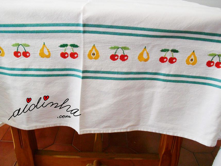 Lateral da toalha, com a barra bordada a ponto cruz
