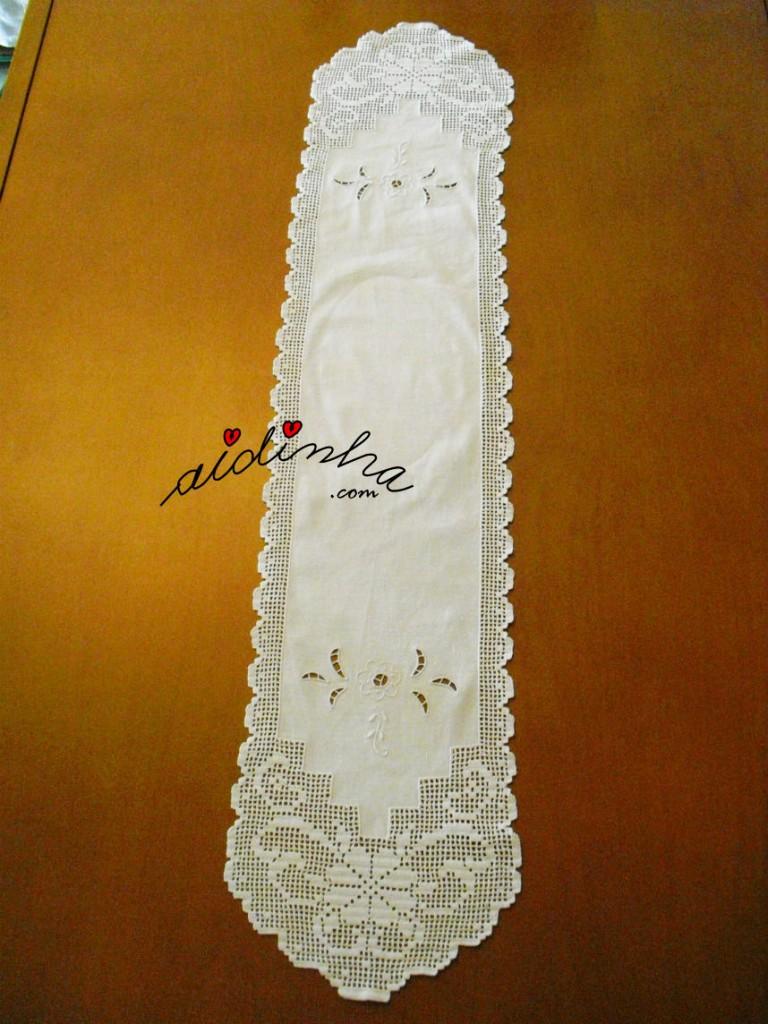 Naperon/caminho mesa com crochet em recortes e bordado à máquina