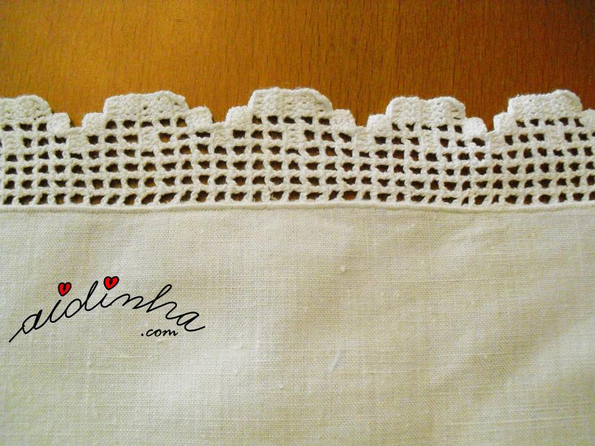 foto da rendinha de crochet dos lados do naperon
