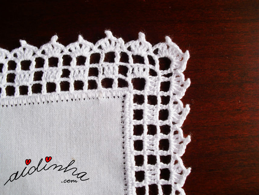 Pormenor do canto do picô de crochet, do individual branco