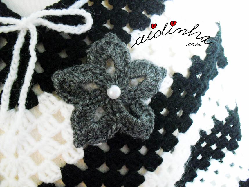 Foto da flor de crochet aplicada no poncho