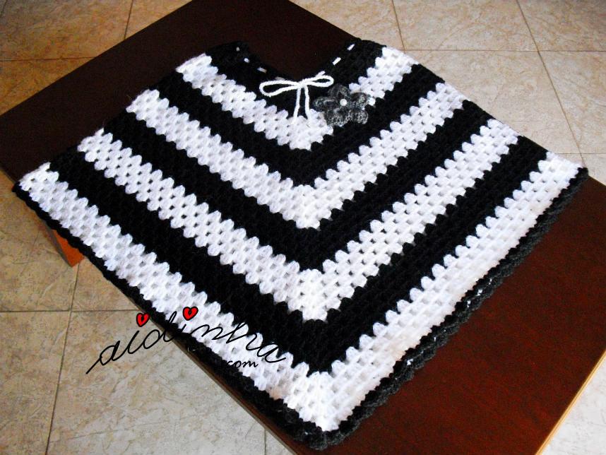 Vista geral do poncho, de crochet, preto e branco