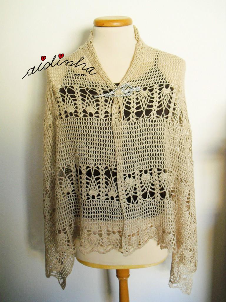 Estola em crochet, na cor creme, com desenho de pinhas