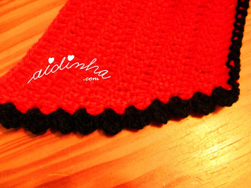 Imagem do picô de crochet, da gola vermelha e preto