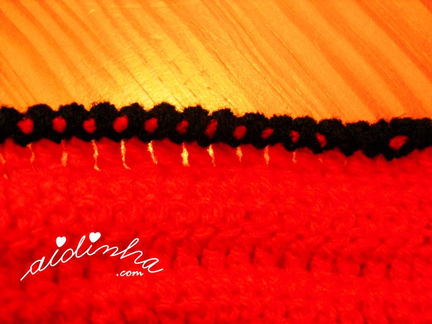 Imagem do ponto caranguejo da gola de crochet, vermelha e preto