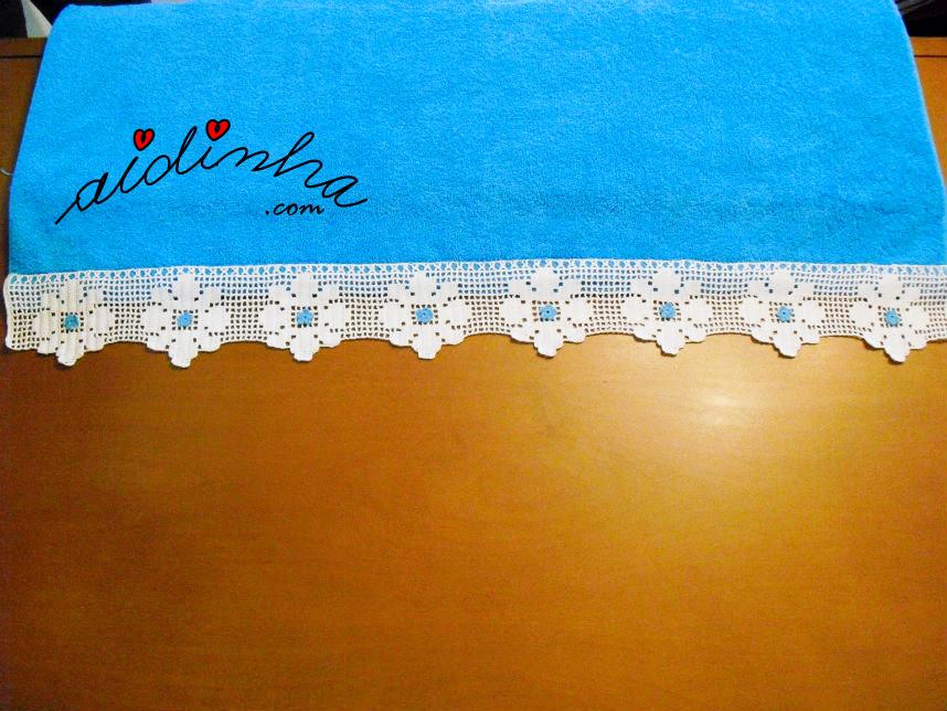 Outra imagem do toalhão de banho turquesa, com renda de crochet