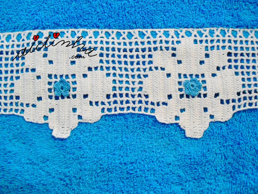 Imagem da renda de crochet, do toalhão de banho turquesa
