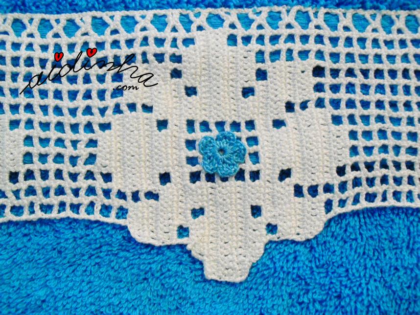 Imagem de uma das flores da renda de crochet, do toalhão turquesa