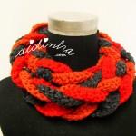"""Gola """"Rapunzel"""", em crochet, nas cores vermelho, laranja e cinza escuro"""