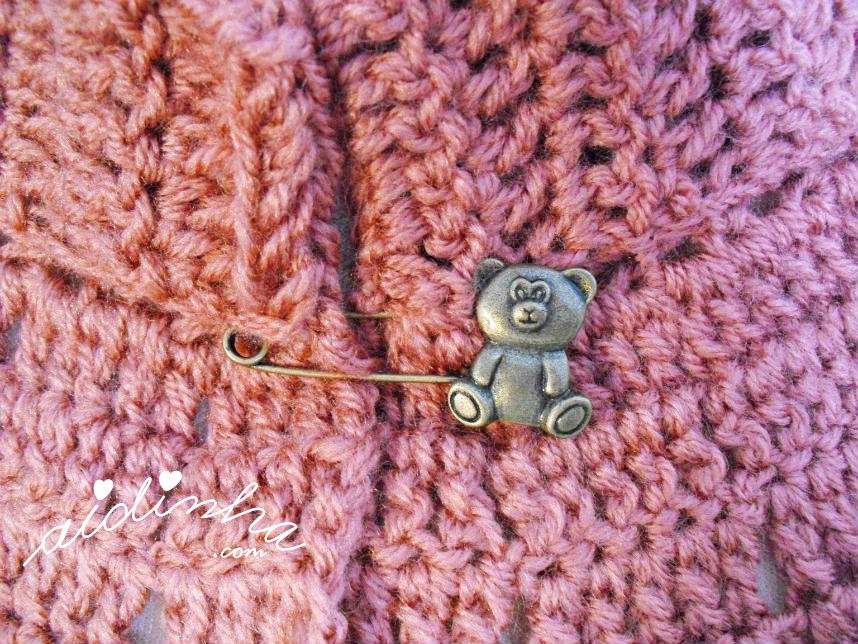 Imagem do alfinete que fecha a pelerine de crochet rosa velho