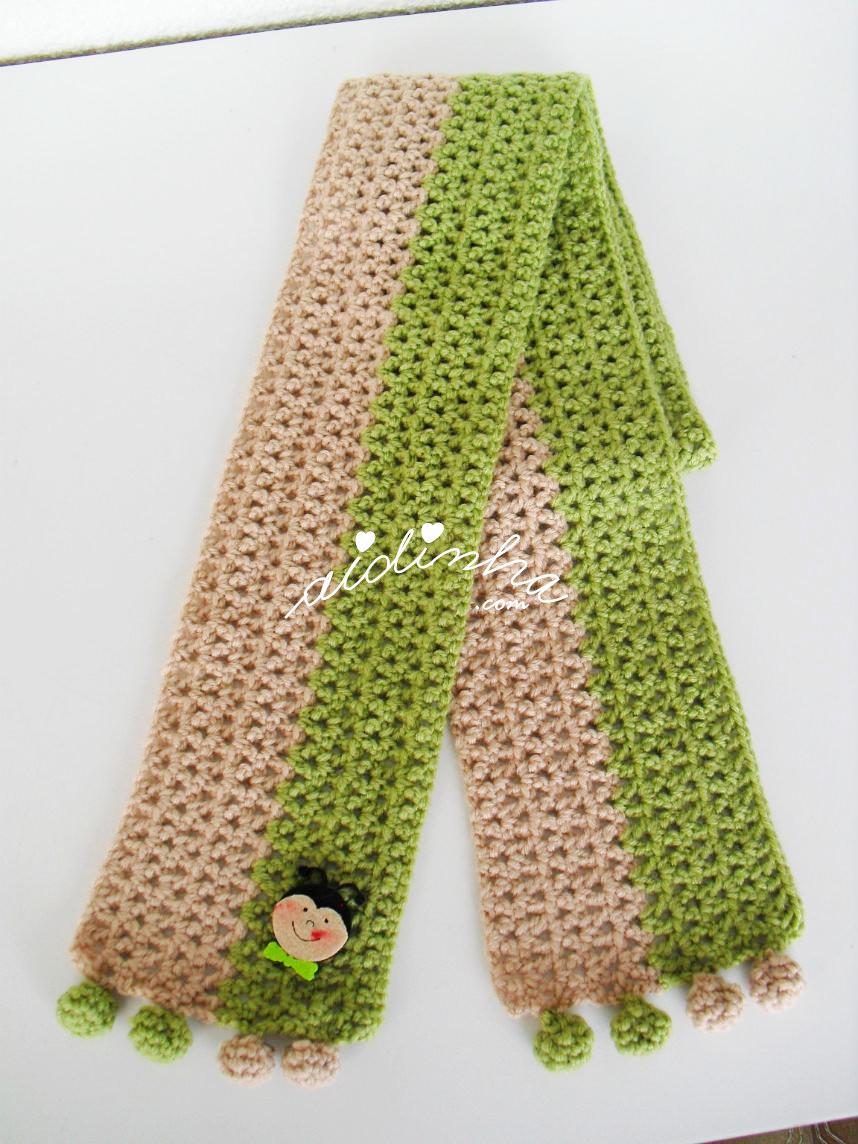 Vista geral do cachecol, de crochet, com joaninha