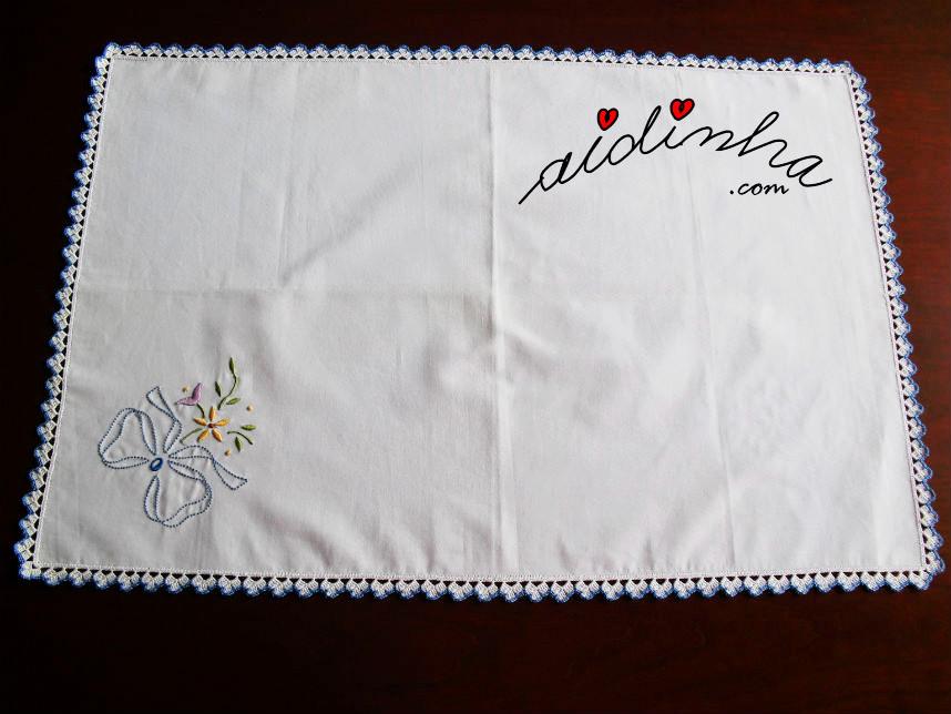 Individual, bordado à máquina, com picô de crochet branco e azul