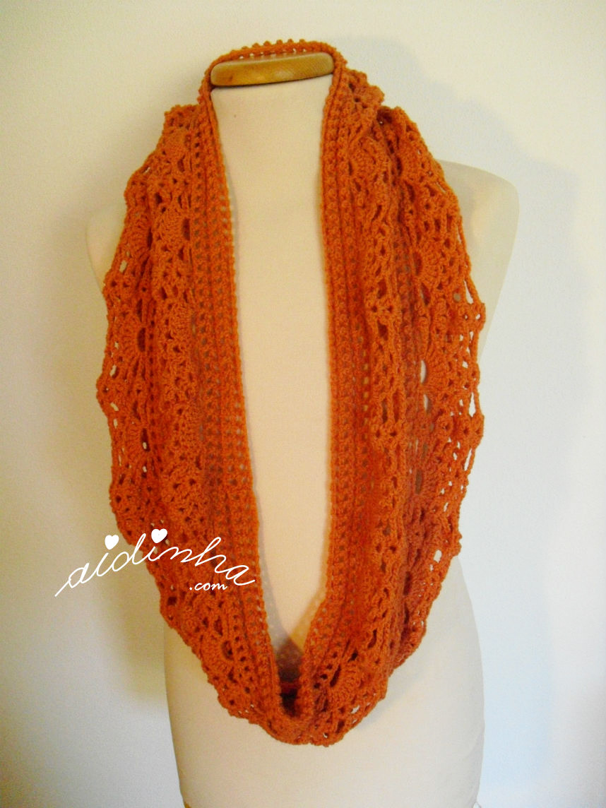 Foto da gola de crochet laranja, com uma volta