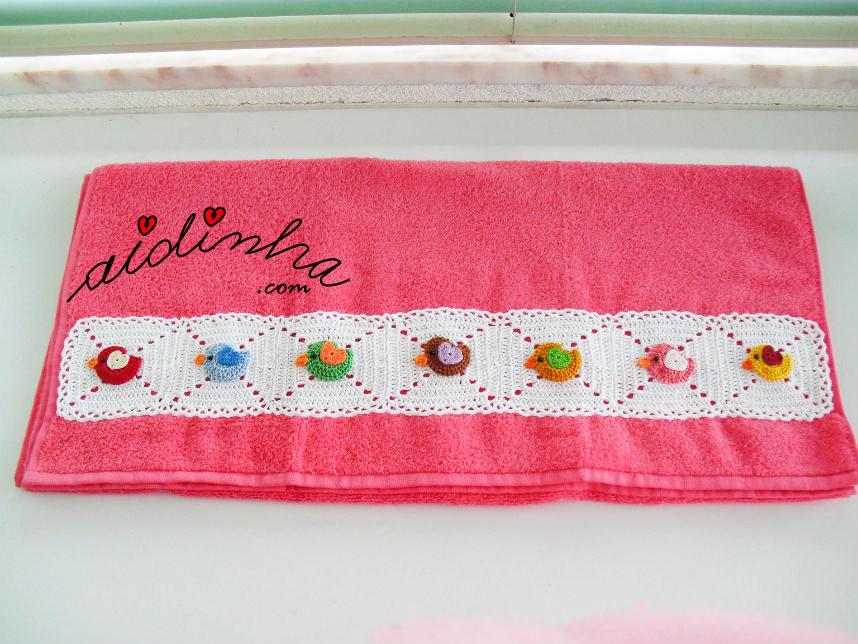 Toalhão de banho, infantil, com barra de passarinhos em crochet