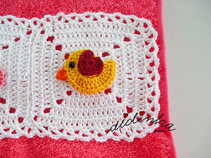 Foto do passarinho amarelo, do toalhão rosa
