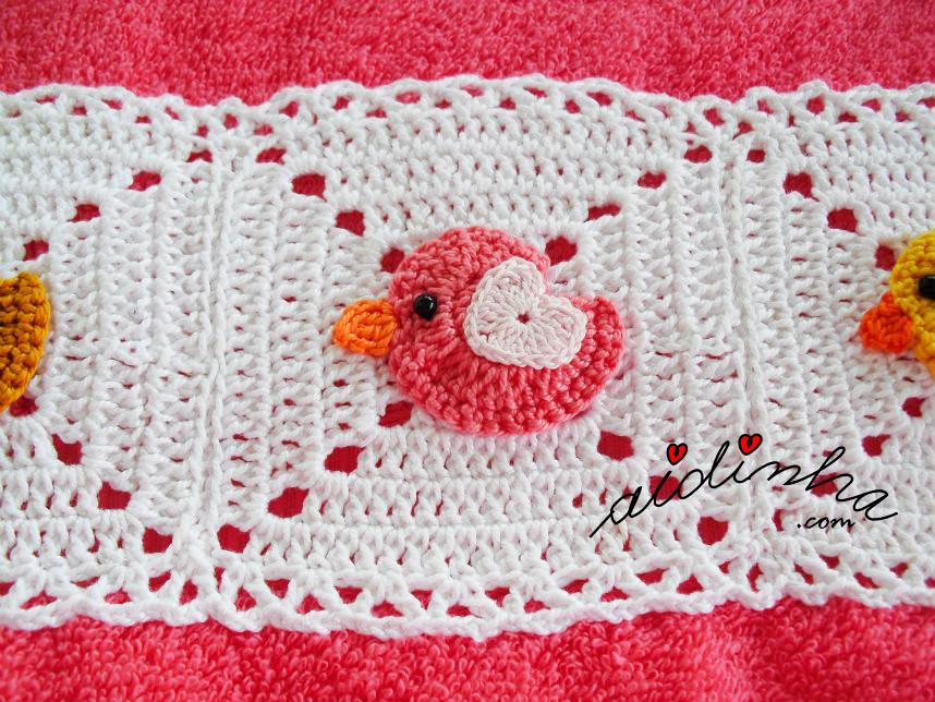Foto do passarinho rosa, do toalhão rosa