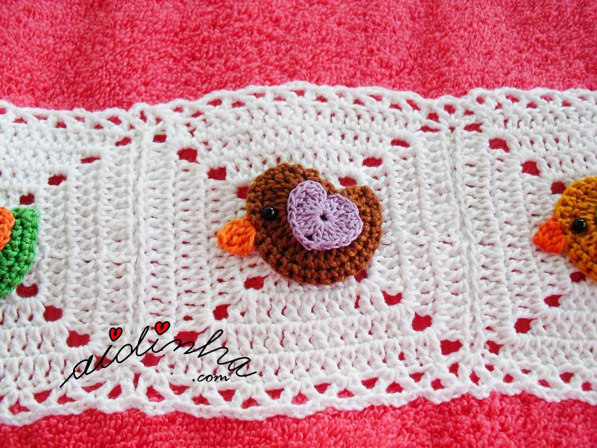 Foto do passarinho castanho, do toalhão rosa