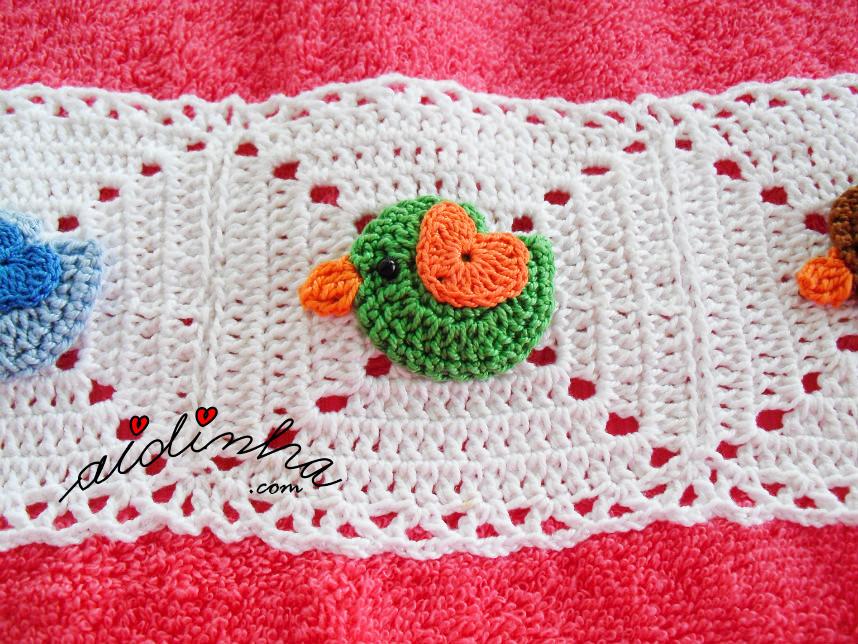 Foto do passarinho verde, do toalhão rosa