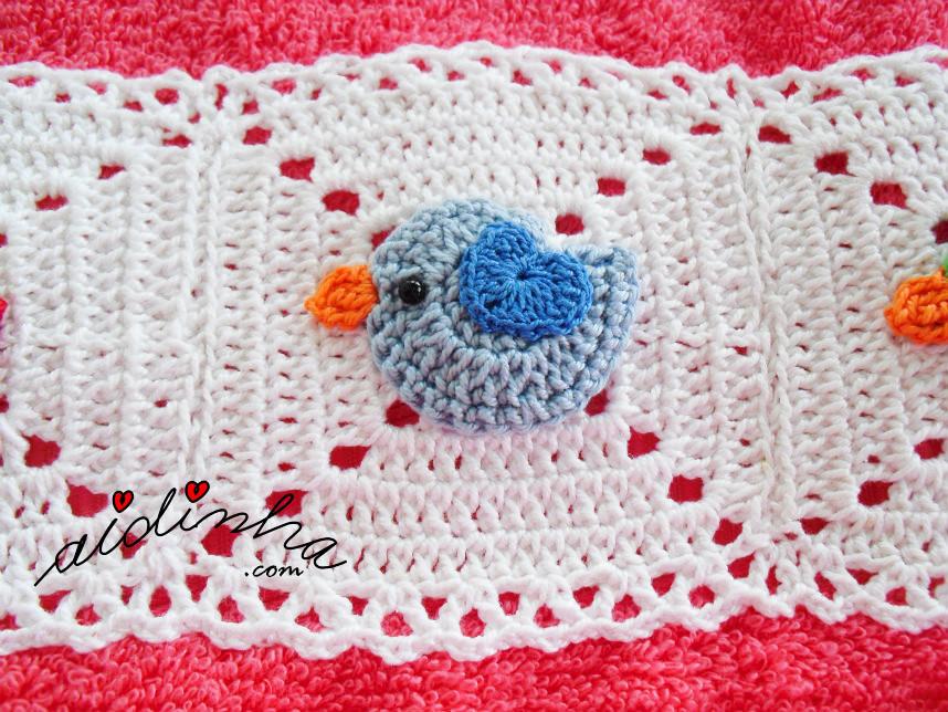 Foto do passarinho azul, do toalhão infantil rosa