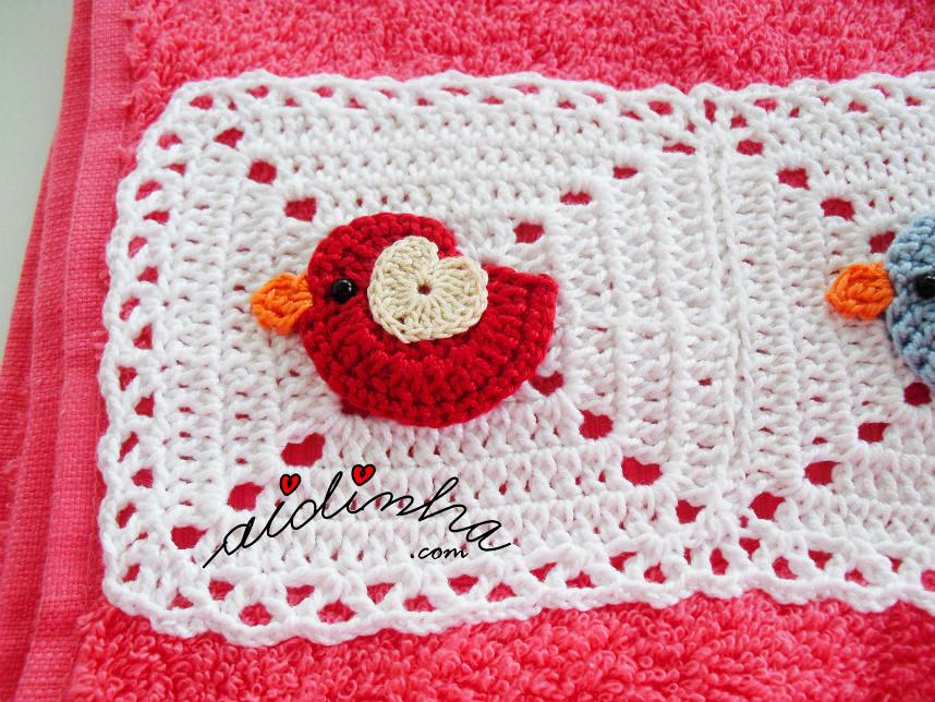 Foto do passrinho vermelho, do toalhão rosa